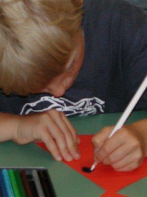 Jan sitz und zeichnet konzentriert