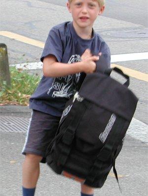 Die Schultasche ist fast grösser als Jan!